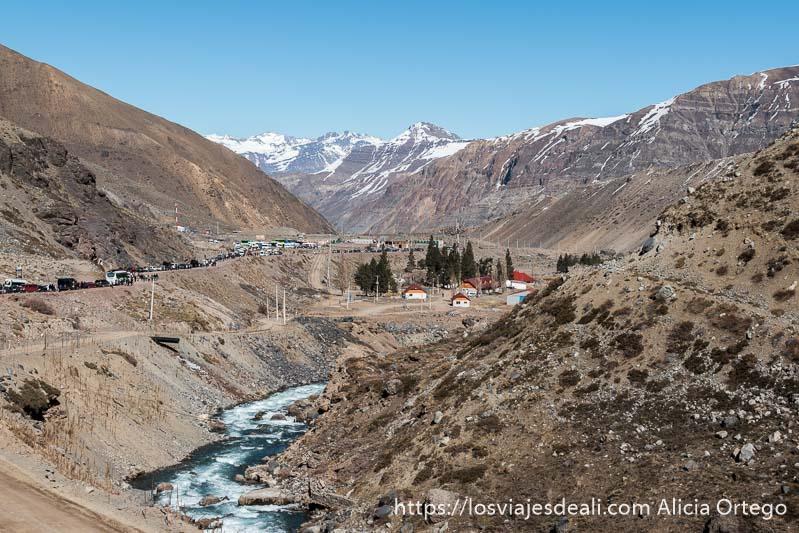 vista del valle con el río el yeso y al fondo montañas altas con un poco de nieve en la escapada al cajón del maipo
