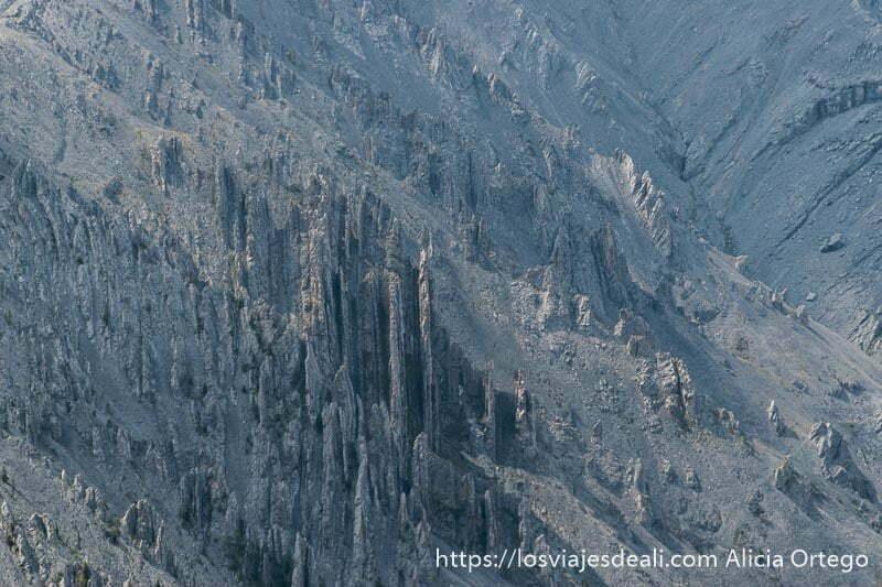 rocas de montañas con forma de láminas todo de color gris