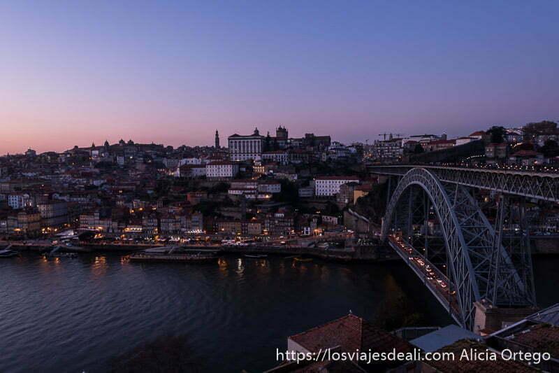 panorámica del puente Luis I y la ciudad antigua con las últimas luces del día razones para viajar a oporto