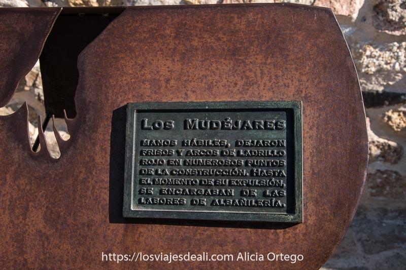 placa de hierro sobre los mudéjares en el recorrido de la muralla uno de los lugares que ver en ávila