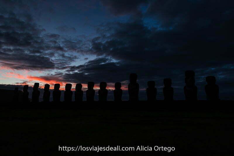 amaneceres del mundo moais de isla de pascua saliendo de la oscuridad