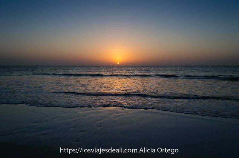 amaneceres del mundo el sol sobre una playa de Omán