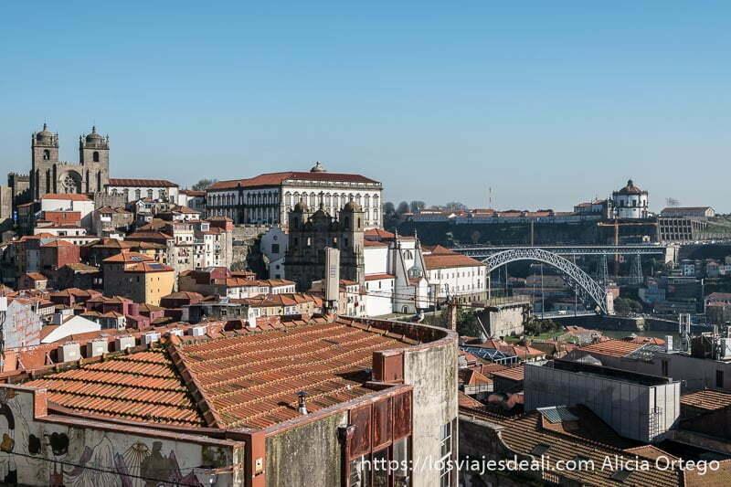 mirador de oporto con el puente luis I a la derecha y la catedral a la izquierda