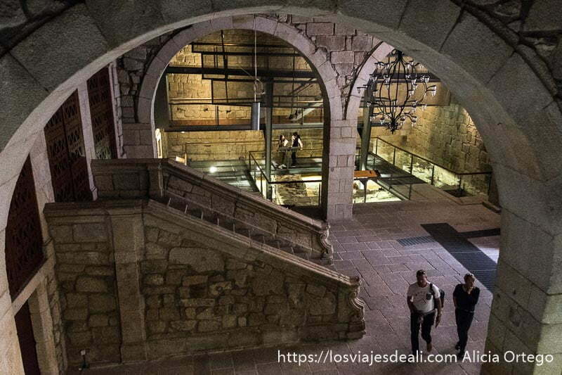 vestíbulo palaciego del museo de la ciudad de Oporto todo en piedra con grandes arcos y una escalinata
