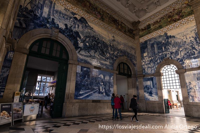 interior de la estación de sao bento en oporto con paredes llenas de azulejos