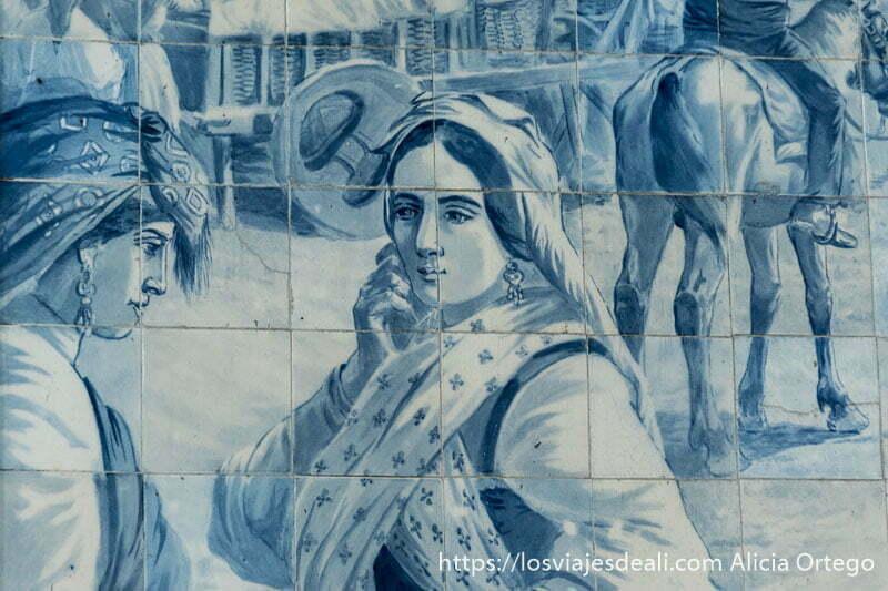 detalle de los azulejos de la estación de Sao Bento con dos mujeres de campo con pañuelos en la cabeza y pendientes largos