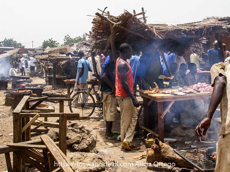 puestos de carne a la brasa en el mercado africano de gorom gorom