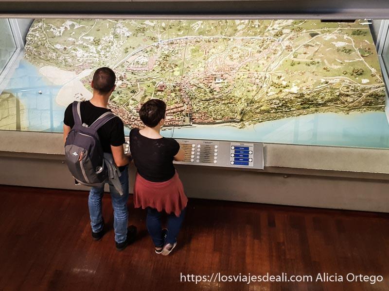 pareja de turistas mirando una maqueta de la ciudad de oporto en el museo de la ciudad