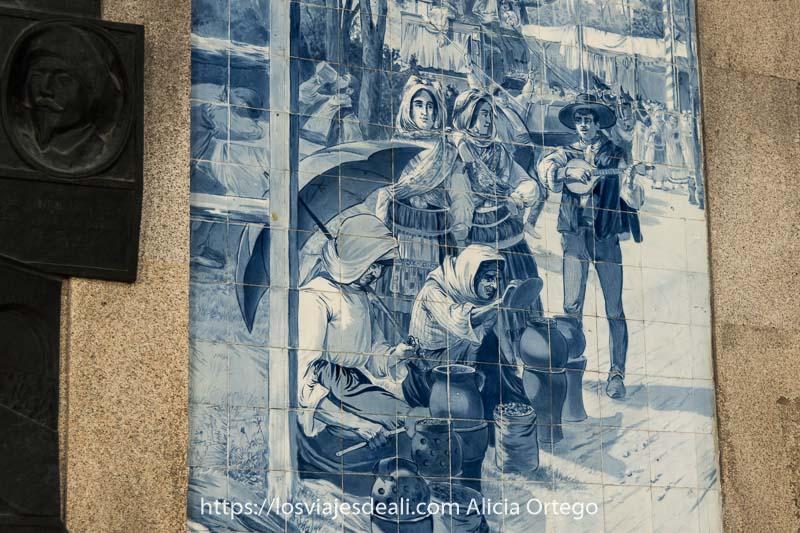 detalle de los azulejos de la estación de são bento con dos mujeres sentadas en el suelo con ollas de barro y un hombre tocando una guitarra pequeña
