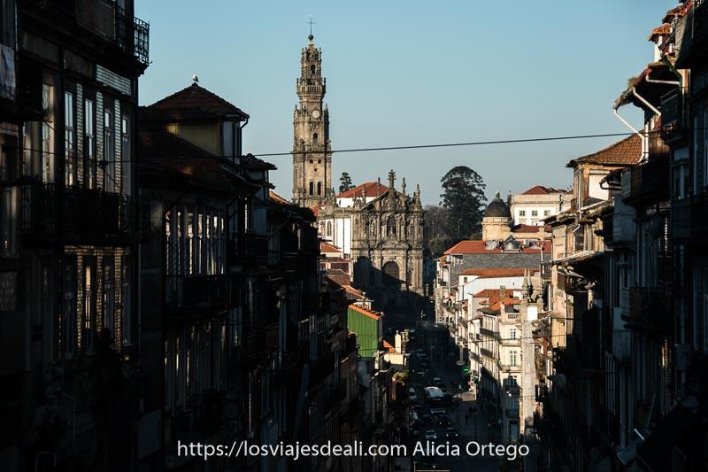 guía de Oporto: calle en cuesta empinada con torre dos clérigos al fondo
