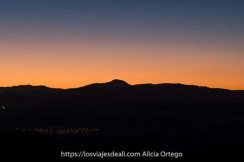 fotos de verano: anochecer con montañas recortadas en el horizonte rojo en la Alcarria