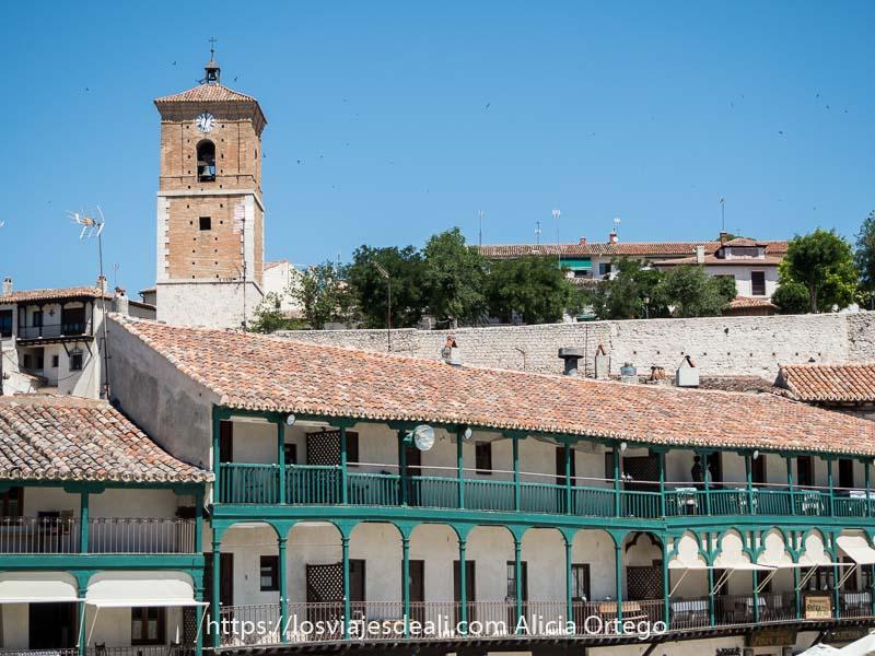 balcones de la plaza mayor y la torre del reloj al fondo