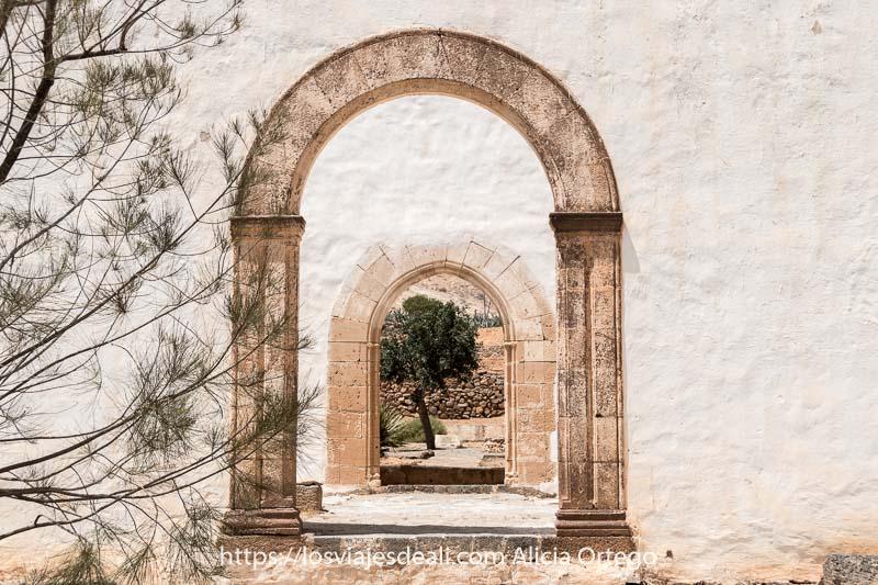 arcos de piedra en muros blancos en las ruinas del convento de betancuria en fuerteventura
