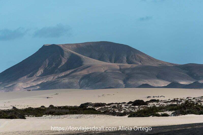 volcán con gran cráter y dunas de corralejo en la parte inferior