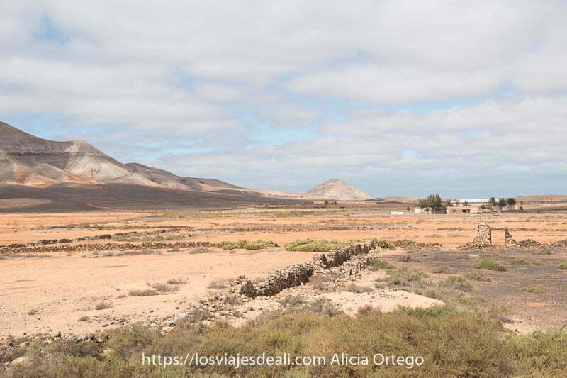 paisaje de Fuerteventura con cielo nublado y volcanes