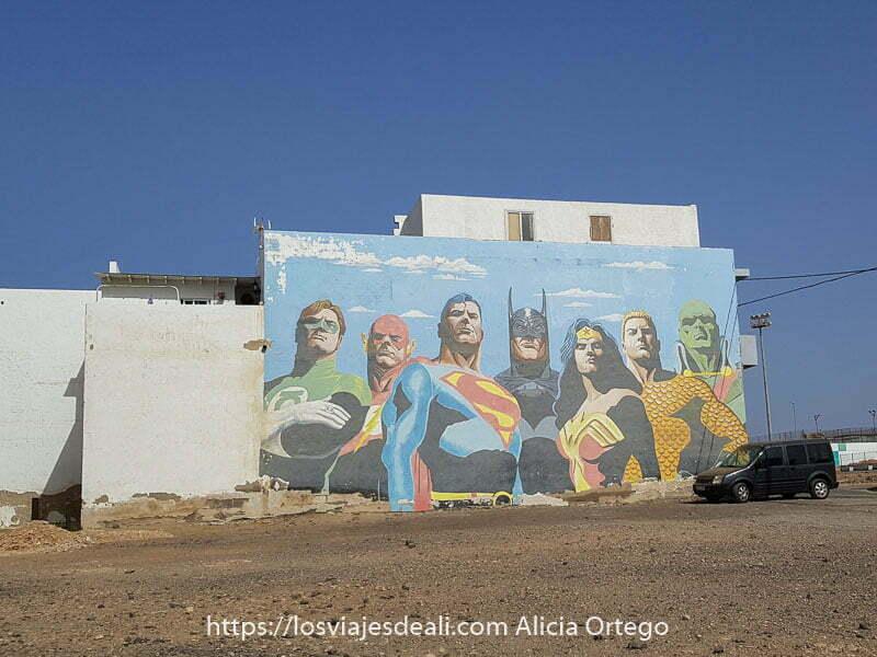 mural con 7 superhéroes de Marvel en puerto del rosario en fuerteventura