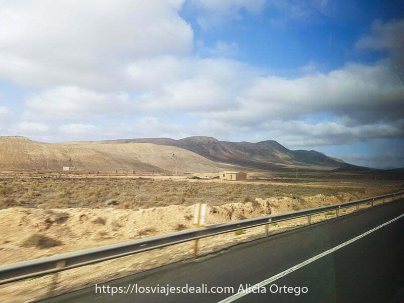 paisaje de Fuerteventura visto desde ventanilla del bus con reflejos
