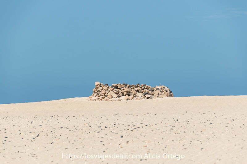 corralillo de piedras en la arena de las dunas de corralejo