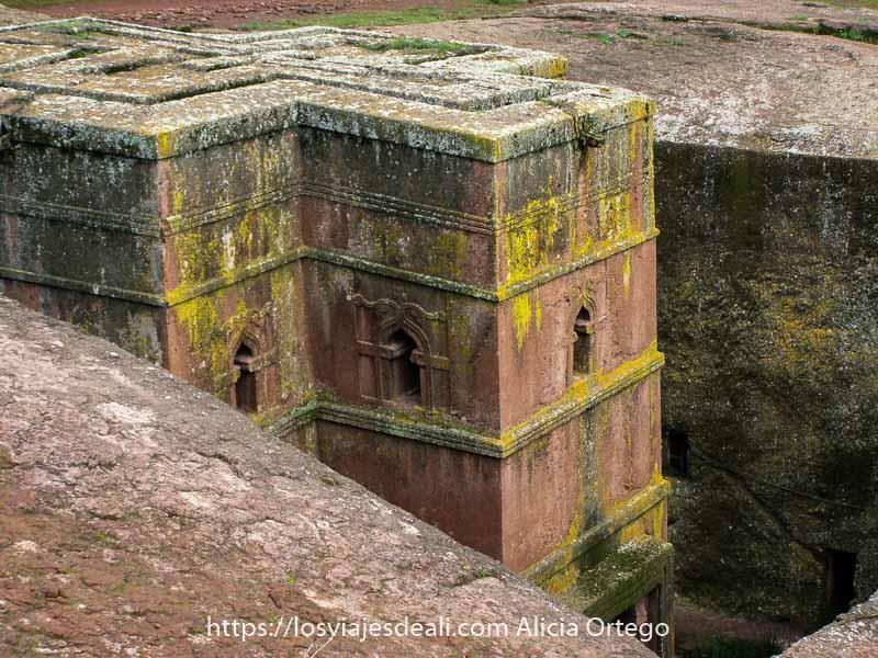 recuerdos de etiopía iglesia de lalibela con forma de cruz excavada en la roca