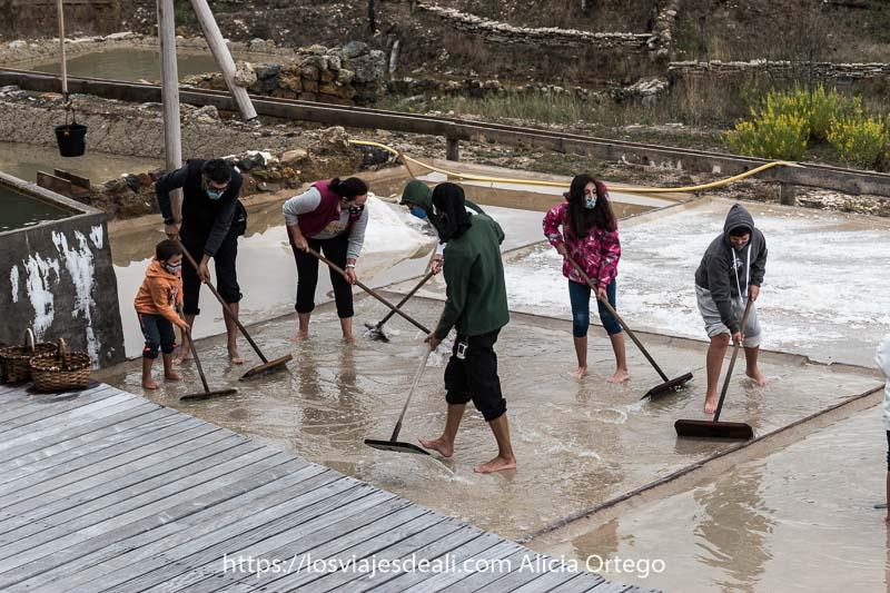 grupo de visitantes en el taller de sal del valle salado de las Salinas de Añana