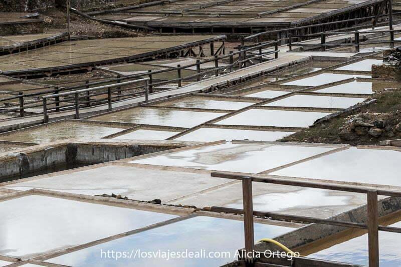 eras o piscinas de las Salinas de Añana con nubes reflejándose en el agua