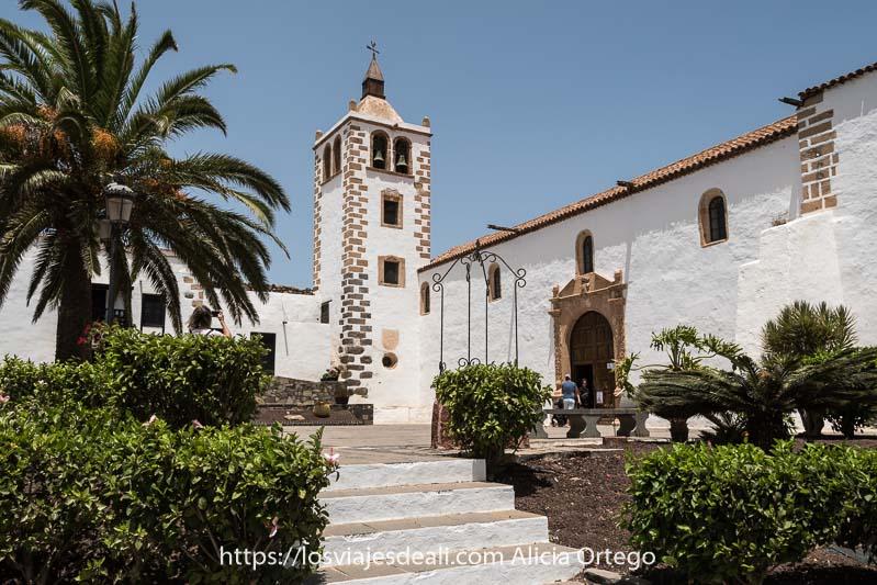 iglesia de betancuria con palmeras alrededor