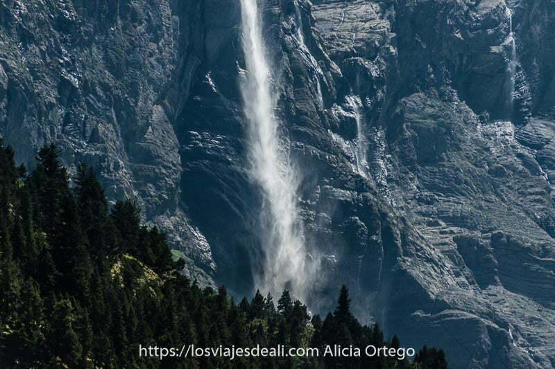 agua de la gran cascada cayendo sobre las rocas como si fuera de polvo blanco