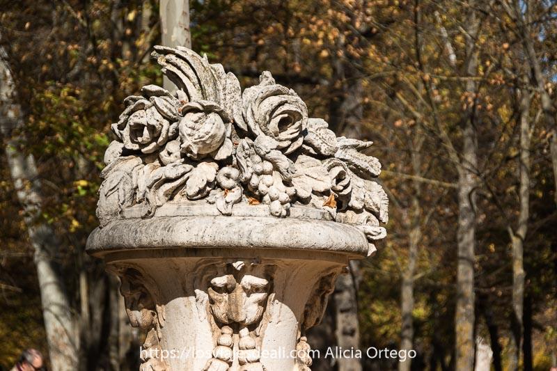 elemento decorativo de piedra como si fuera jarrón con flores y frutas en Aranjuez