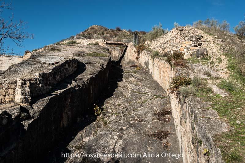 canal de roca de la presa del pontón de la oliva