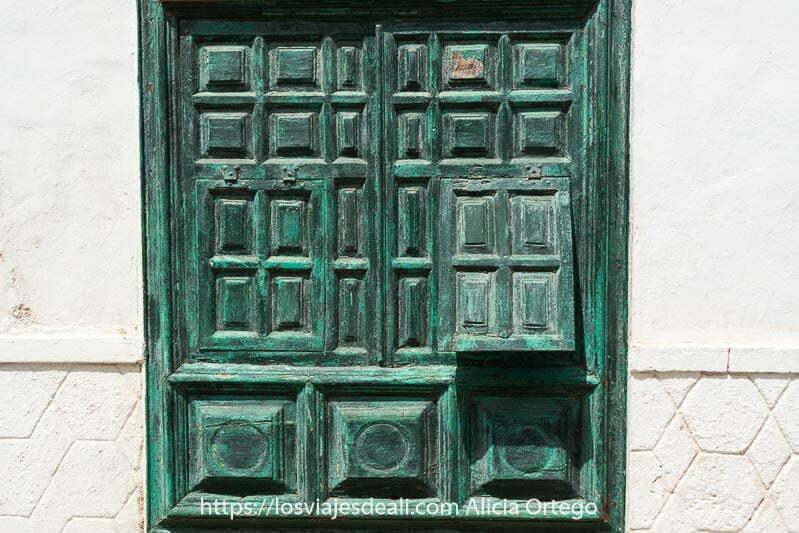 teguise es uno de los lugares que ver en lanzarote con puerta de mandera verde