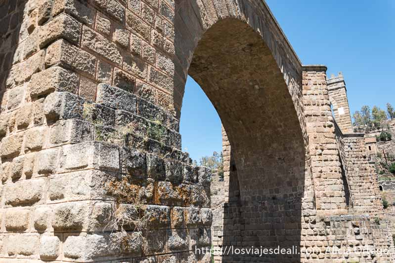 puente de alcántara visto desde abajo