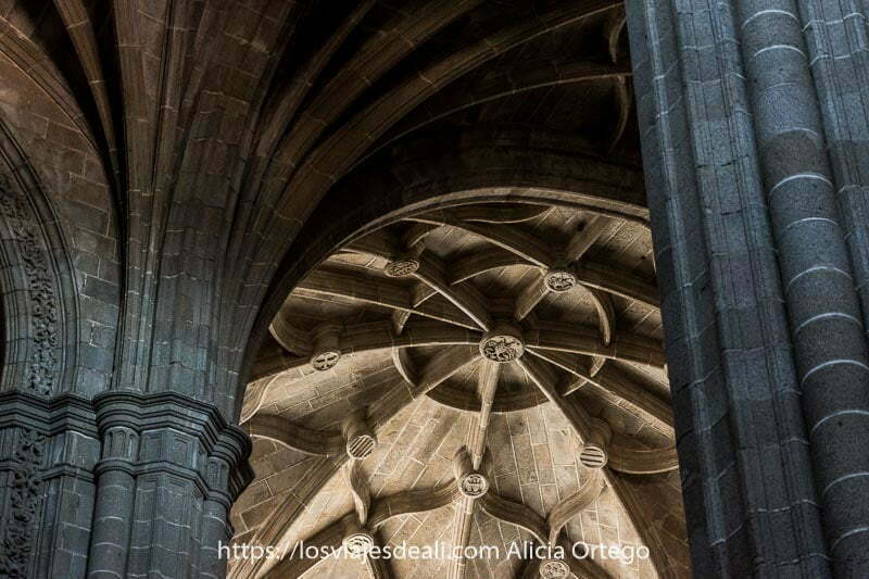detalle de la decoración de nudos de las bóvedas del convento de san benito entre las columnas