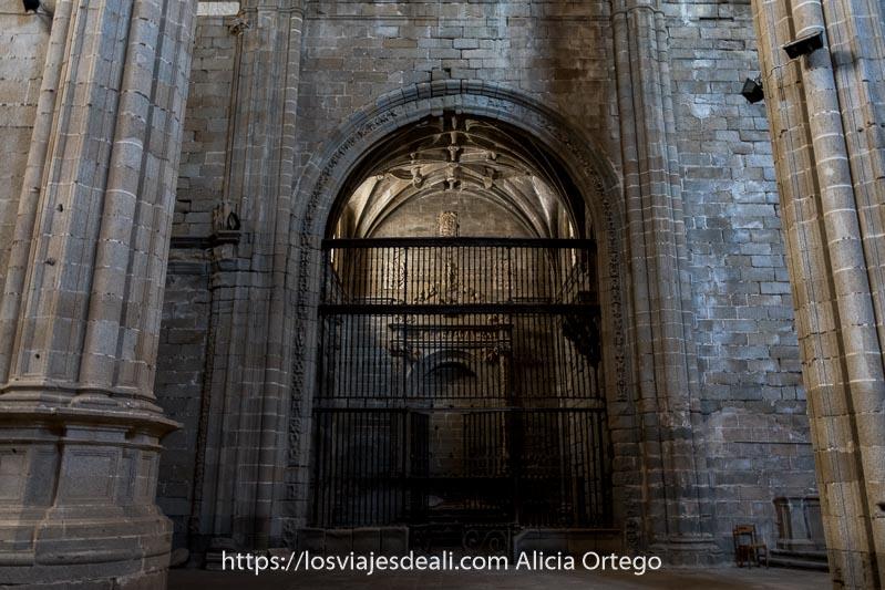 sacristía con rejas de hierro entre muros de piedra