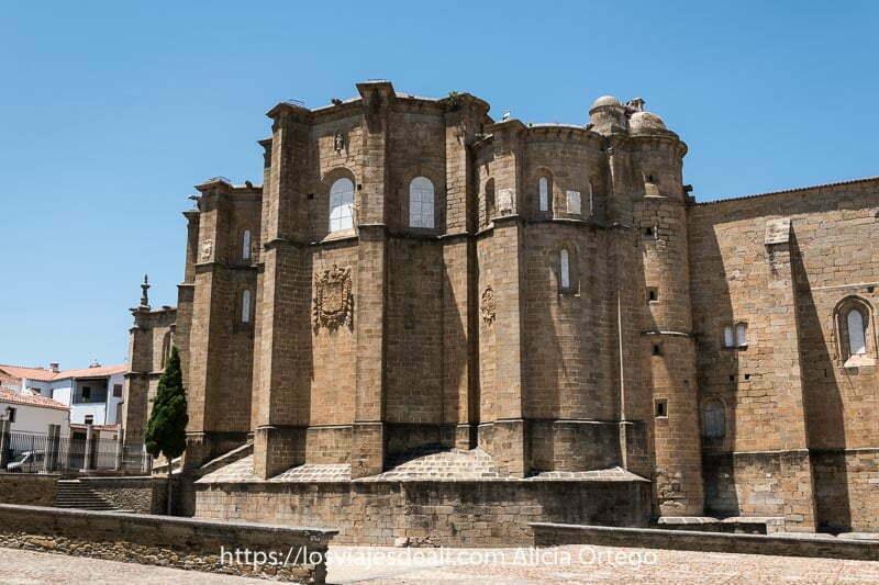 exterior del convento de san benito con altos muros llenos de contrafuertes