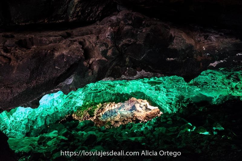 agua de los jameos de color verde esmeralda brillante