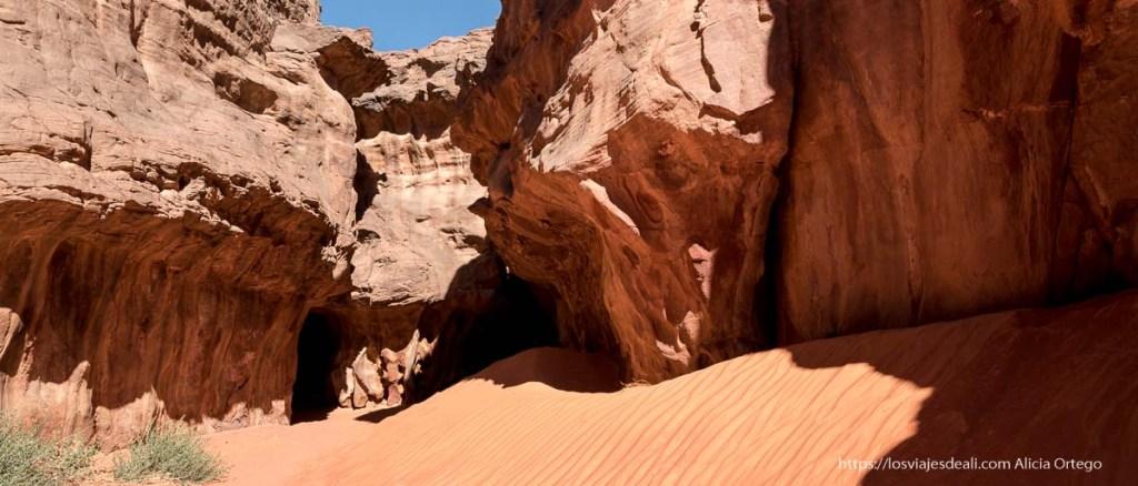 duna de arena roja que se amontona contra paredes de piedra en Le cirque de Ouanagan