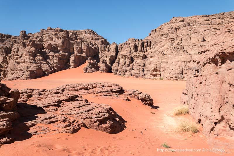 rincón de Le cirque de Ouanagan con suelo de arena muy roja