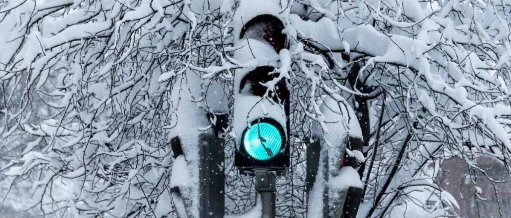 semáforo rodeado de nieve en madrid