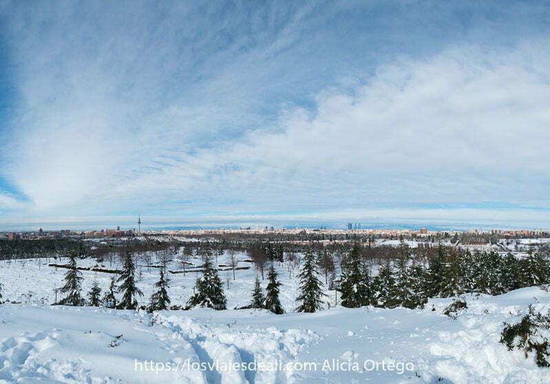 panorámica con nieve en madrid y nubes en forma de abanico