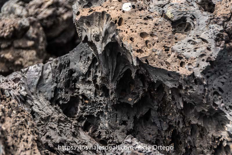 lava petrificada con la forma típica de algo viscoso que se ha derretido por el calor