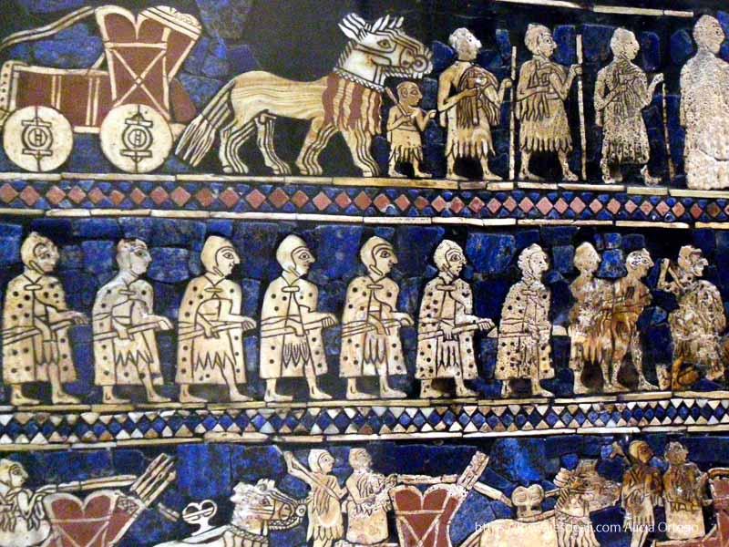 estela asiria que muestra procesión de soldados con fondo de lapislázuli en el british museum museos arqueológicos