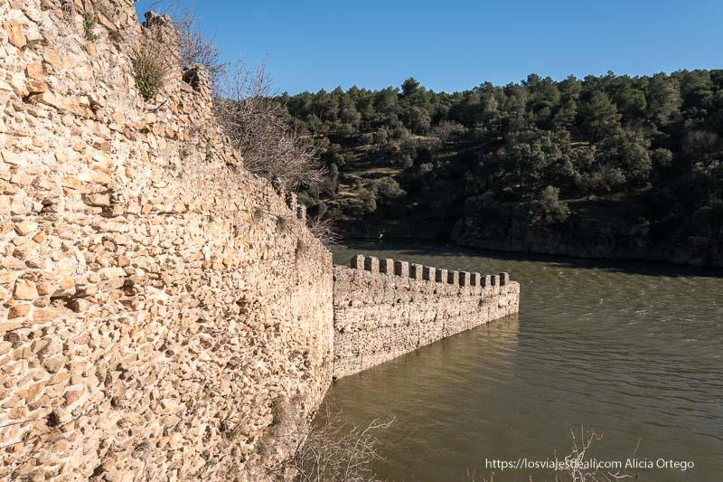 coracha de la muralla de Buitrago del Lozoya entrando en el río lozoya
