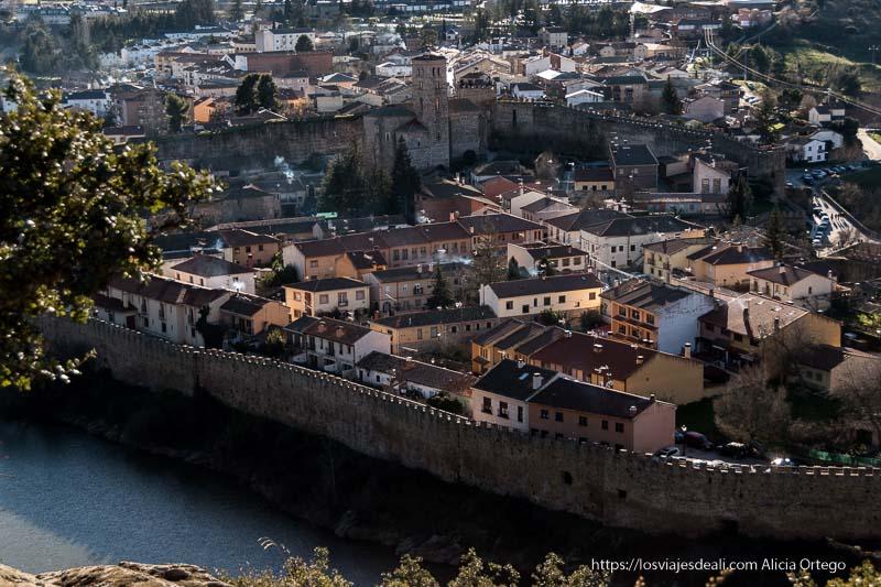 vista aérea más de cerca de Buitrago del Lozoya con la iglesia