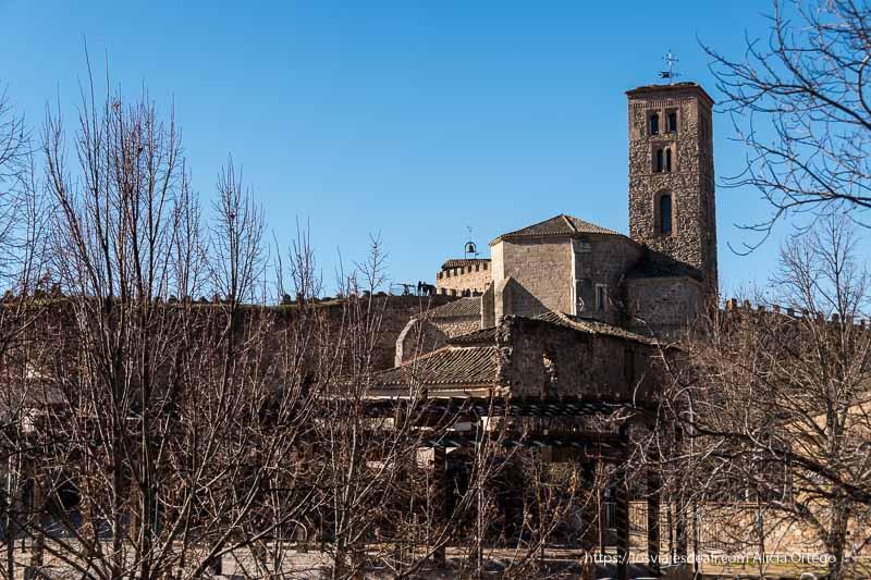 iglesia vista desde parque junto a la muralla