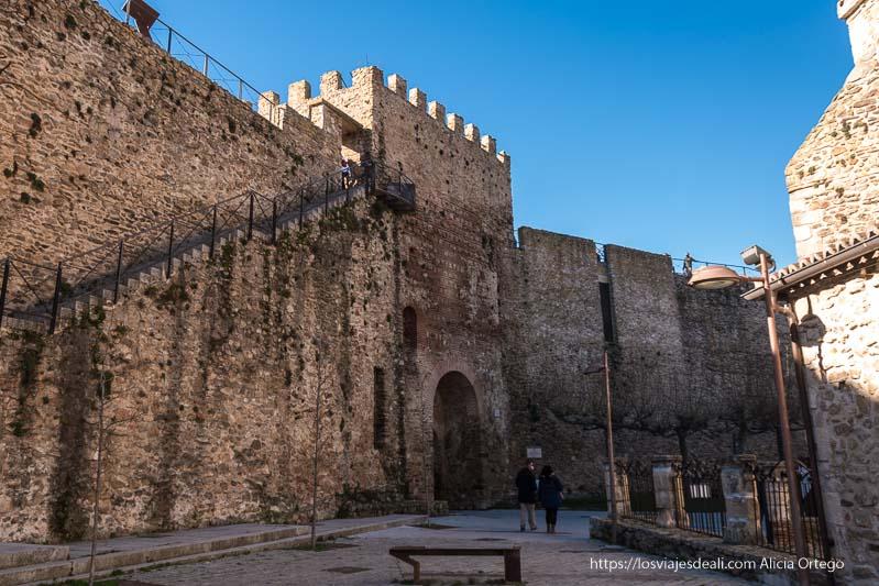 acceso a la muralla y torre del relo junto a la iglesia