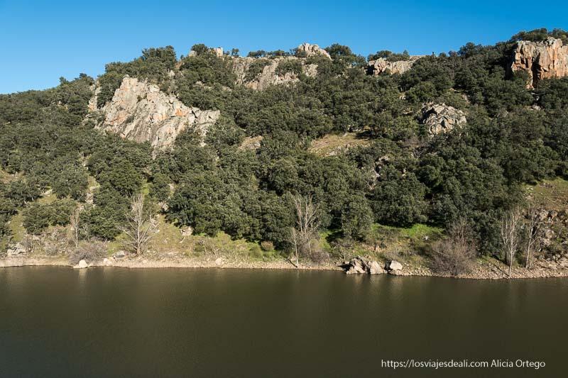 monte enfrente de la muralla en el punto del mirador con el río lozoya a sus pies