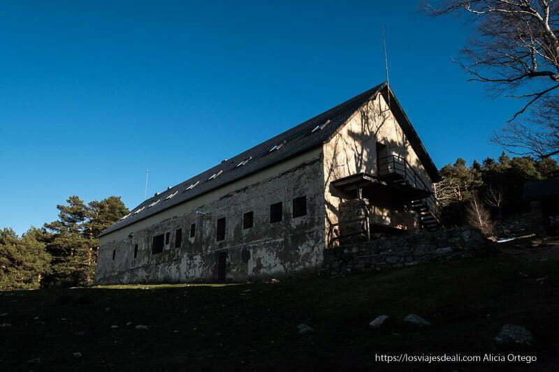 casa del hornillo con tejado a dos aguas muy inclinado