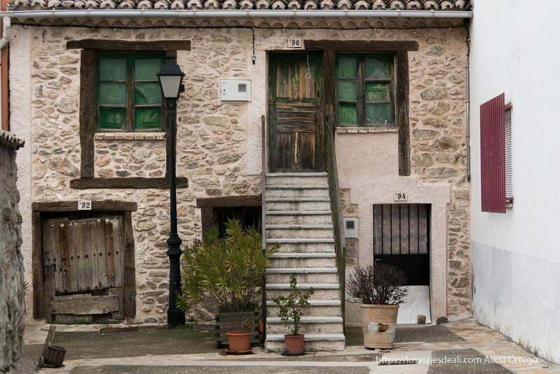 casa de pueblo con ventanas y puertas con vigas de madera y forma diferente cada una