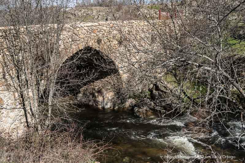 puente matafrailes medieval con un arco apuntado