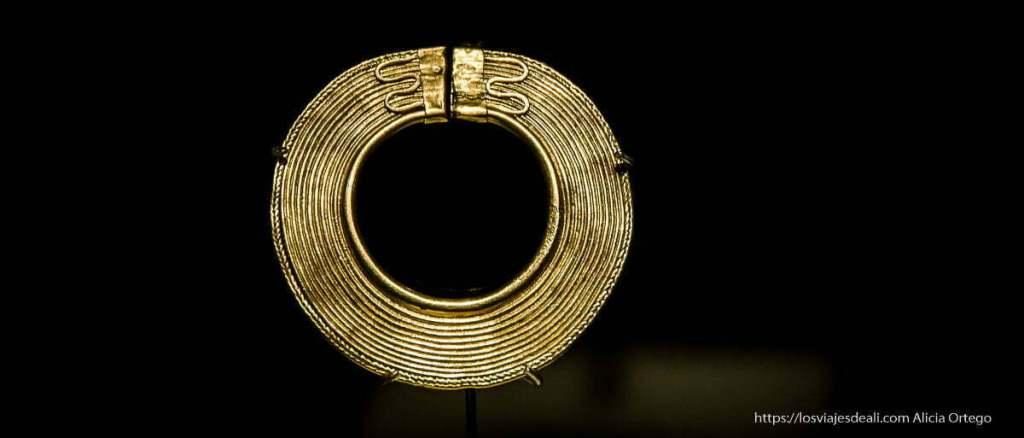 museos arqueológicos: collar de oro con serpientes en el broche
